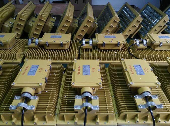 HBND-B802路灯型-150W防爆路灯 LED防爆路灯头 加油站加气站LED防爆路灯性能特点: 1、采用高亮度LED光源,配合高效率恒流驱动电源,比气体放电灯节电达60%;LED组件全部密封,防水防尘,无需内部清洁和维护;电路基板热阻低,专门设计的模块电路,每单元故障不会影响其余组件的正常工作。 2、高效率恒流驱动电源配合智能型功率调整器;具有光通量补偿功能,减少光衰,保证LED光源的光效;具有过压保护、过电流保护及突波电流保护功能。 3、防爆灯外壳采用铝合金高压铸造成型,表面经抛丸后高压静电喷塑,