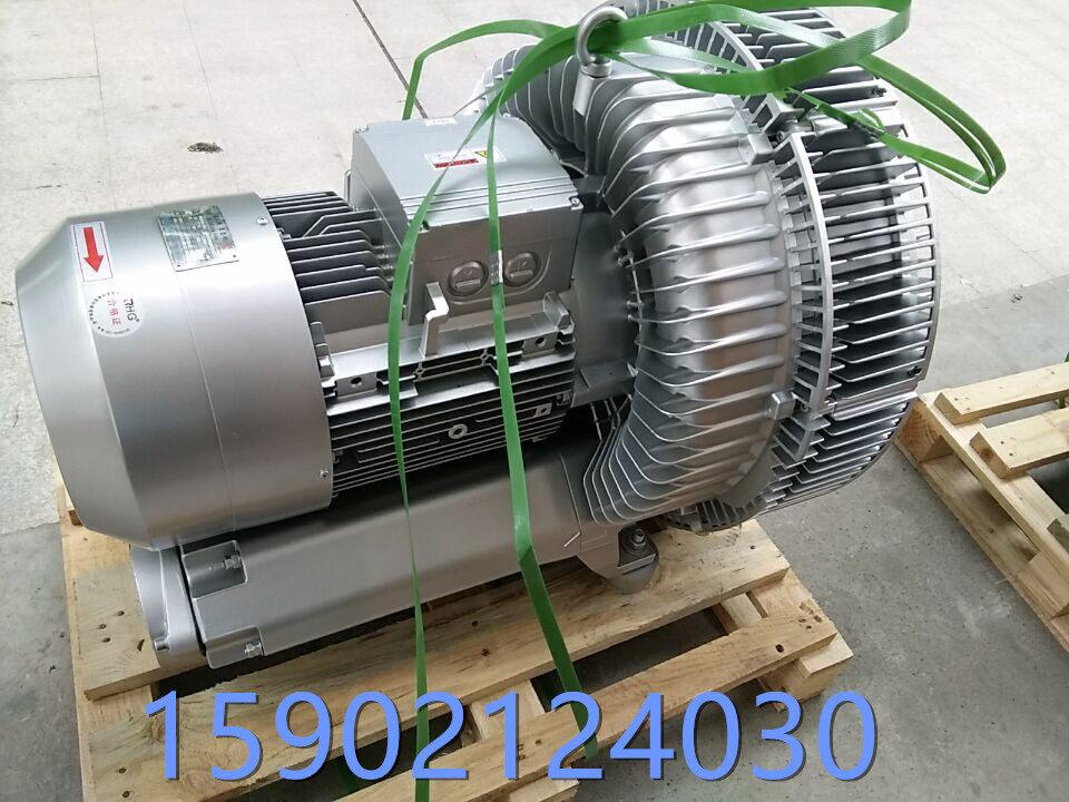 双叶轮漩涡气泵的特点: 流量稳、高效率、低能耗:在先前设计与严密的品质管制下,高压鼓风机具有如下的性能。  低耗能:所以吹喷吸引等任何方法任何方法都有其效能,且高压鼓风机在高压力的范围有较保守的设计,在使用情形产生变化时,高压鼓风机依然安全运转。 可靠性高:除了叶轮外,高压鼓风机没有其他动件,且叶轮直接连接马达,无齿轮或传动皮带带动,因此可靠性高,几乎免维修。 安装容易:高压鼓风机可随时安装于使用场所供压缩空气或用于抽真空。且能任意安装于水平或垂直的方向。 + 低震动:机械精密度高,回转部分之另件均经过极