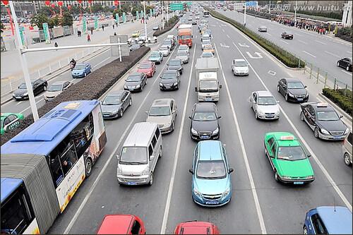 青岛高峰时间堵车图片