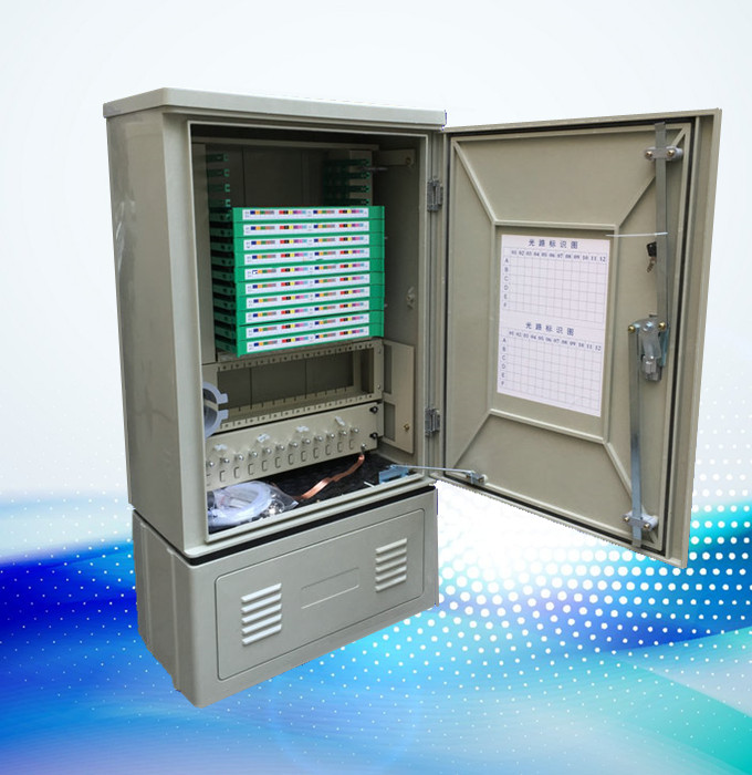 本光缆交接箱是用于光纤接入网中主干光缆与配线光缆节点处的接口设备,可以实现光纤的熔接、终端存储以及调度等功能光缆交接箱 特点: A、 光缆交接箱体,门锁有圆形(PVC)、波纹形(锌合金)和条形锁(MS864-4)三种,底座侧板又有开窗和不开窗可选。 B、用于光缆交接箱,可配576芯机架。 1.