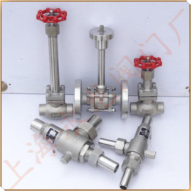 低温阀门_低温截止阀_低温球阀标准与产品结构介绍: 1.设计:API6D、JB/T7749 2.阀门常规检查和试验:按API598标准。 3.阀门低温检查和试验:按JB/T7749。 4.驱动方式: 手动、伞齿轮传动及电动驱动装置。 5.阀座形式: 阀座采用焊接结构,密封面堆焊钴基硬质合金,保证阀门的密封性能。 6.闸板采用弹性结构,在进压端设计卸压孔。 7.单向密封的阀门阀体上标有流向标志。 8.低温球阀、闸阀、截止阀,蝶阀采用长颈结构,以保护填料。 9.超低温球阀标准:JB/T8861-2004。